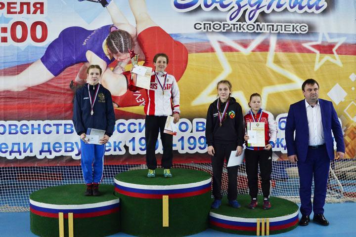 Крымчанка стала призёром главенства РФ поженской борьбе среди юниорок