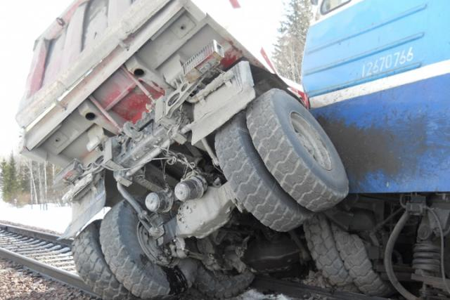 «КамАЗ» попал под товарняк, груженный углем, вКрасноярском крае