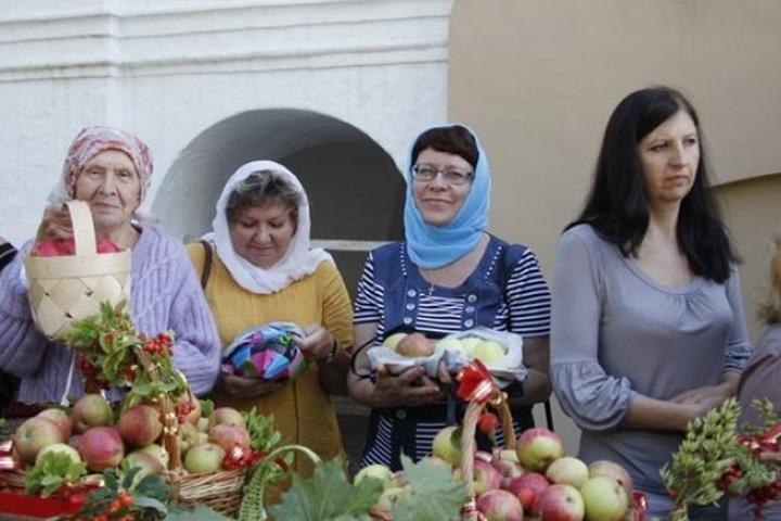 Яблочный Спас: Православные омичи празднуют Преображение Господне