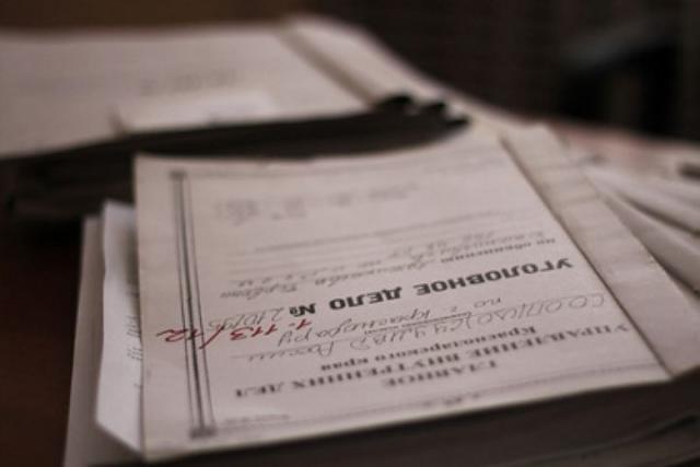Заведующая детсадом заработала нанесуществующих работниках неменее  200 тыс.  руб.