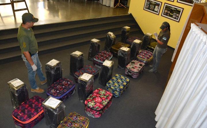 Пресечена попытка отправки диппочтой 12 чемоданов кокаина изпосольства Российской Федерации вАргентине