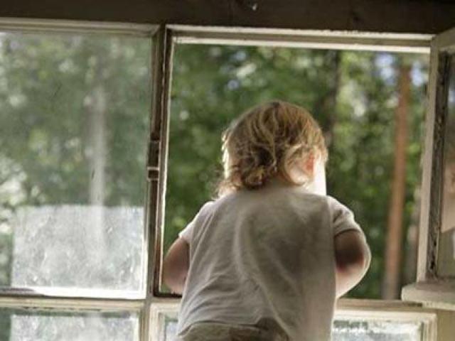 В Абакане малышка выпала из окна