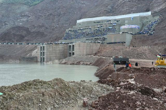 Эмомали Рахмон лично перекрыл реку Вахш для восстановления плотины Рогунской ГЭС