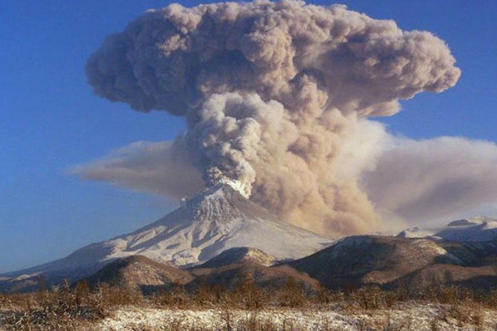 Вулкан Эбеко наКурилах выбросил пепел навысоту 2км