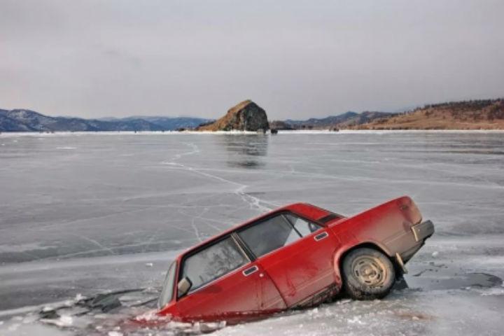 Под лед Красноярского водохранилища ушла машина с 2-мя взрослыми и сыном