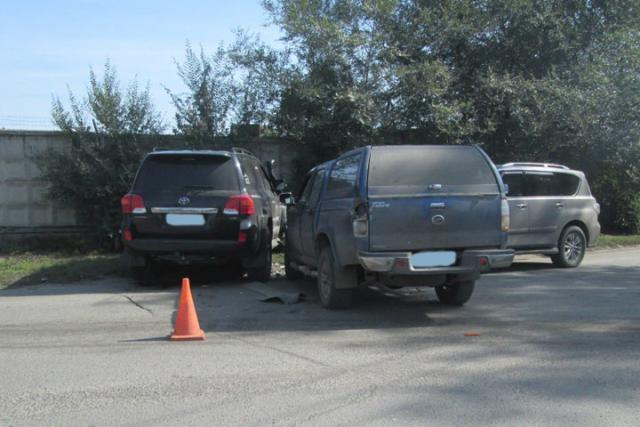 """В Хакасии водитель """"крузака"""" протаранил два внедорожника"""
