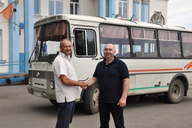 Сельсовету в Аскизском районе подарили автобус вместе с водителем