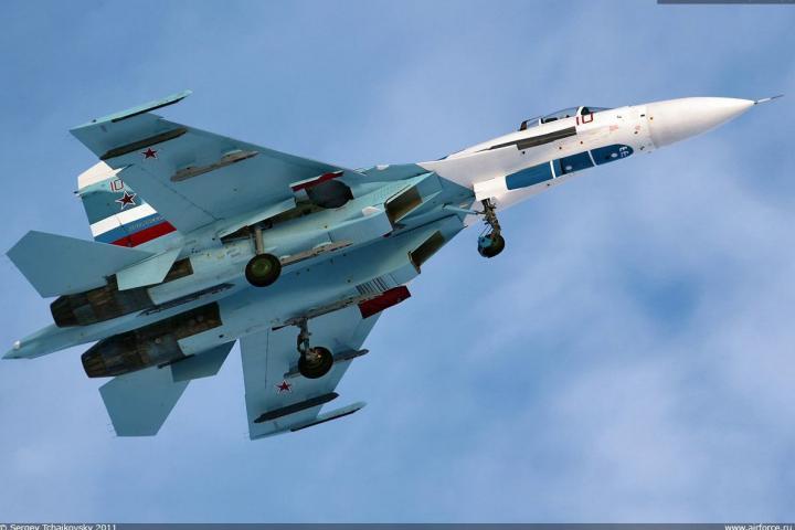 На темным морем русский истребитель перехватил самолет-разведчик США