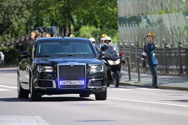 Владимир Путин приехал наинаугурацию нановом русском представительском автомобиле