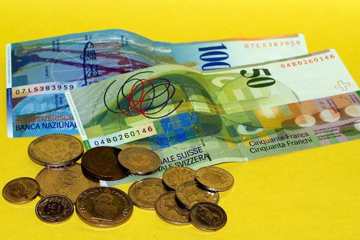 Жители России обвалили швейцарский франк