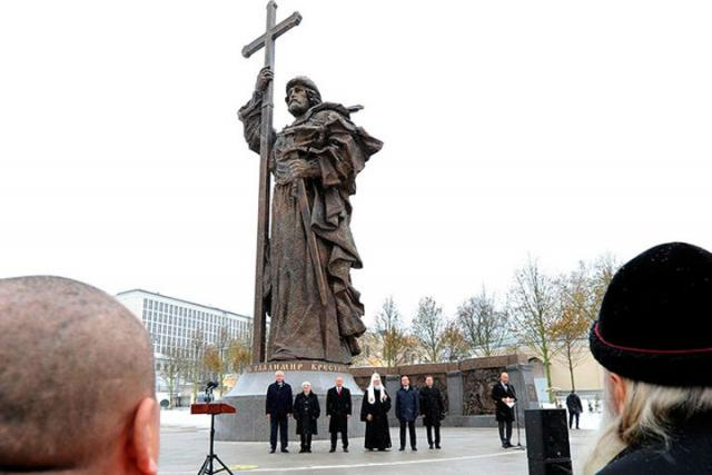 Президент ипатриарх открыли монумент правителю Владимиру в столице России