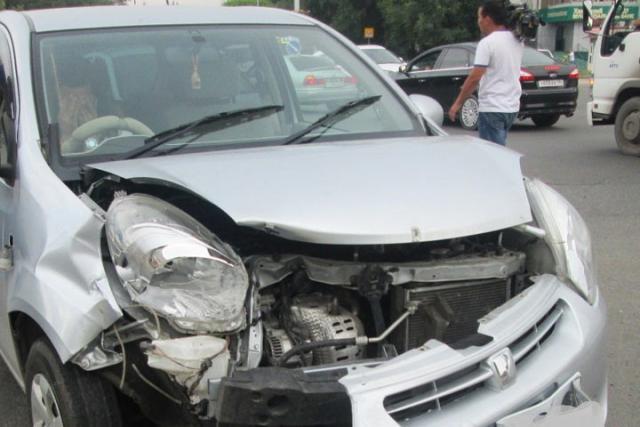 В Абакане две автоледи не смогли разъехаться на светофоре