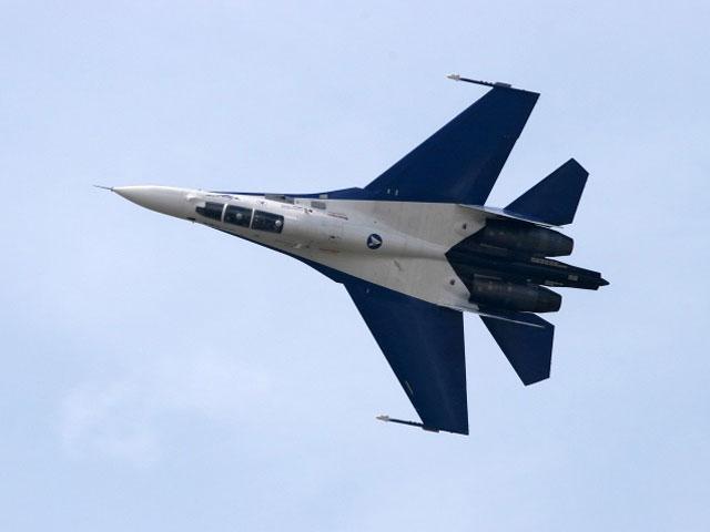 Русский истребитель сделал «бочку» рядом с североамериканским самолетом-разведчиком— США