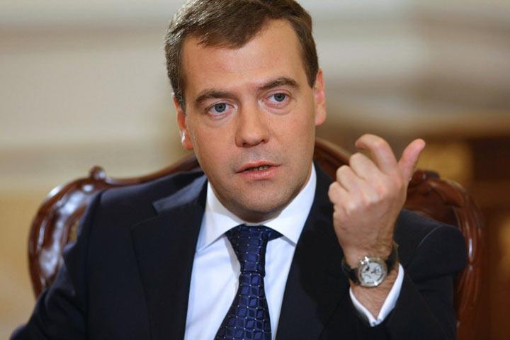 Медведев пообещал пересмотреть размер пособия поуходу за сыном