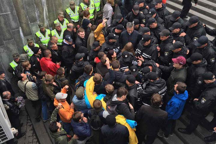 Участников «Бессмертного полка» вКиеве забросали дымовыми шашками