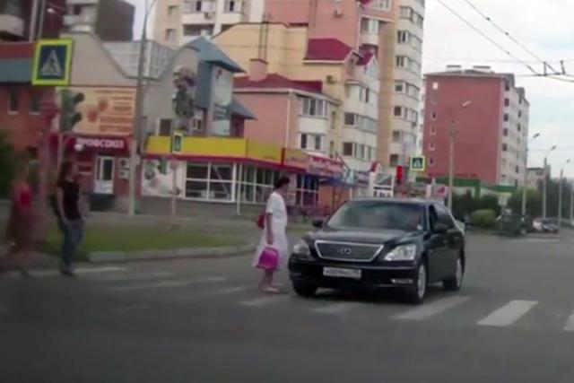 В Абакане водитель Lexus проехал на красный и чуть не сбил пешехода