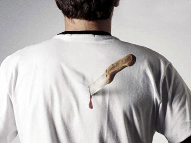 В Хакасии молодая женщина всадила мужу нож в спину за критику ее салата